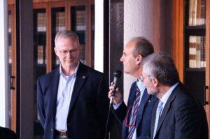 Il Dr. Hunter e, da sinistra, i Proff. Raffaele Savino e Antonio Moccia, Dipartimento Ingegneria Industriale.